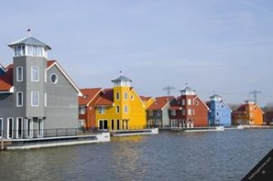 Dutch urban floating houses (Source: http://www.fredhoogervorst.com/photo/43100di/)